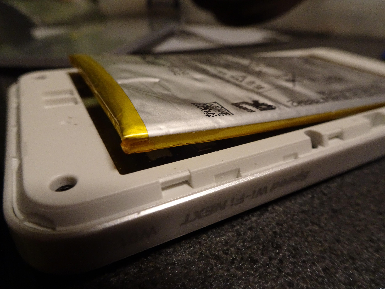 今月末で解約しようかと思っていた 「W01」のバッテリーが膨張。バッテリー交換は簡単にはいかない模様